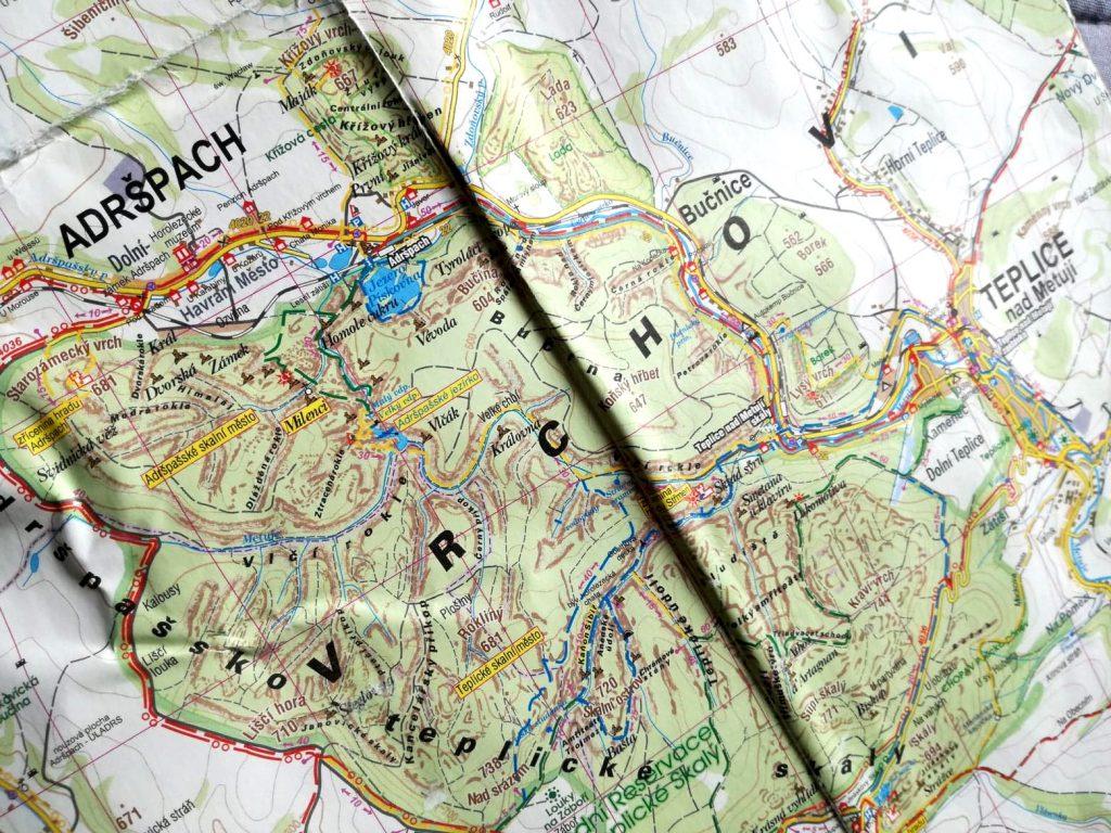Mapa ze szlakami skalnego miasta w Czechach