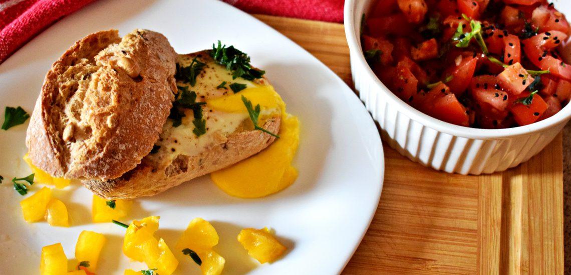 grzanka z jajkiem i sałatką