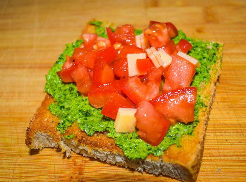 kanapka z pesto z jarmuża