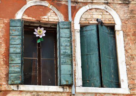 bajka na parapecie okna